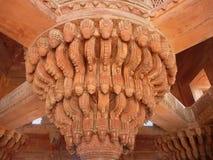 Pilier décoratif de tailleur de pierre rouge dans le temple indien Photographie stock libre de droits