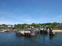 Pilier d'île de crêtes et ville environnante Images libres de droits