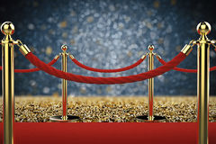 Pilier d'or avec la barrière de corde sur le tapis rouge Photo libre de droits