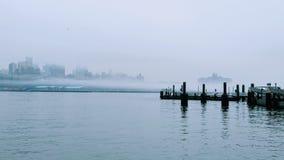 Pilier dans le Lower Manhattan Brouillard d'hiver Photographie stock libre de droits