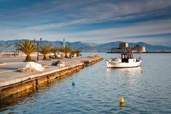 Pilier dans le port de pêche dans Péloponnèse, Grèce Image libre de droits