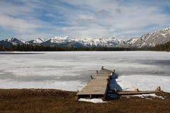 Pilier dans un lac congelé dans les montagnes Images libres de droits