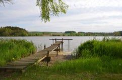 Pilier de bateau à un beau lac image libre de droits
