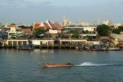 Pilier de bateau de Tha Maharaj le soir sur la rivière de Chao Phaya Photos stock