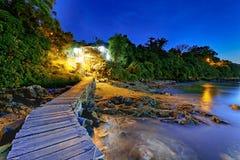 Pilier de bateau et petite maison la nuit Photo libre de droits