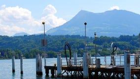 Pilier de bateau sur la luzerne de lac avec vue sur le bâti Rigi photos stock