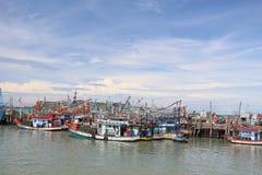 Pilier de bateaux de pêche chez Rayong, Thaïlande Photos stock