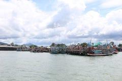 Pilier de bateaux de pêche chez Rayong, Thaïlande Photo stock