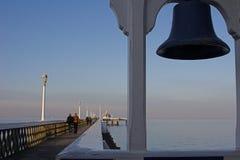 Pilier de bord de la mer, avec la cloche de bateaux photos libres de droits
