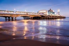 Pilier de Bournemouth la nuit Dorset image libre de droits