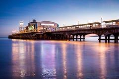 Pilier de Bournemouth la nuit Dorset Photographie stock libre de droits