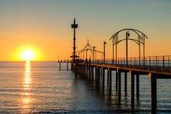 Pilier de Brighton Beach avec des personnes au coucher du soleil photos stock