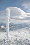 Pilier de fer sur la montagne neigeuse Photographie stock libre de droits