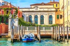 Pilier de Grand Canal pour des gondoles et des bateaux près d'un vieux palais de V photo stock