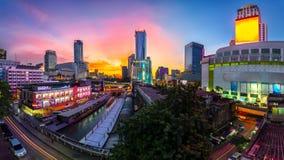 Pilier de gratte-ciel et de Pratunam à Bangkok ; transport de l'eau par photographie stock libre de droits