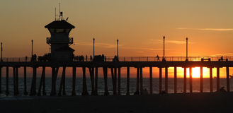 Pilier de Huntington Beach au coucher du soleil Photo stock