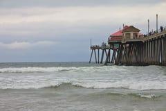 Pilier de Huntington Beach un jour sombre photographie stock