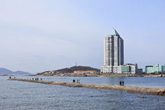 Pilier de l'ARO de promenade de personnes, Qingdao, Chine Photos stock