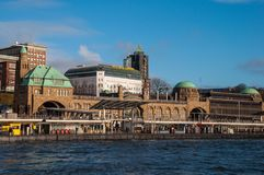 Pilier de Landungsbrucken à Hambourg Allemagne photo stock