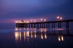 Pilier de Manhattan Beach à la tombée de la nuit Image stock