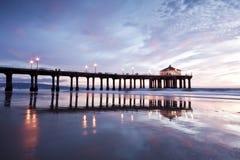 Pilier de Manhattan Beach après la tombée de la nuit au loin Photographie stock
