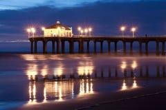 Pilier de Manhattan Beach après la tombée de la nuit horizontale Photographie stock libre de droits