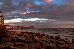 Pilier de marina dans le coucher du soleil Photos stock