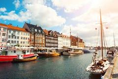 Pilier de Nyhavn avec des bateaux à Copenhague, Danemark images stock