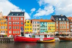 Pilier de Nyhavn avec les bâtiments colorés à Copenhague, Danemark image libre de droits