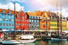 Pilier de Nyhavn avec les bâtiments colorés à Copenhague, Danemark photos stock