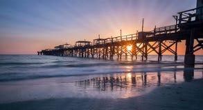 Pilier de pêche au coucher du soleil Photographie stock libre de droits