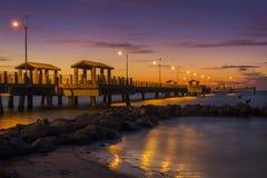Pilier de pêche au crépuscule - St Petersburg, la Floride photographie stock