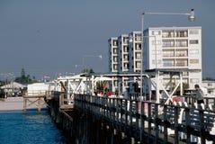Pilier de pêche avec des hôtels à l'arrière-plan Images libres de droits