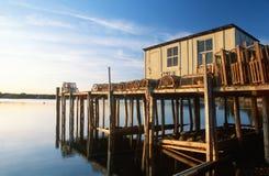 Pilier de pêche avec des trappes de langoustine au Maine Photos stock