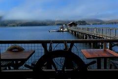 Pilier de pêche avec le gouvernail de direction sur le terace de restaurant Photos libres de droits