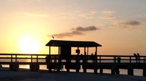 Pilier de pêche d'île de Sanibel au coucher du soleil photographie stock