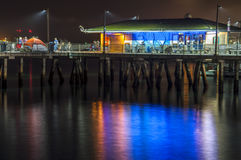 Pilier de pêche la nuit Image libre de droits