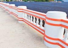 Pilier de passerelle au bord de la mer. Image stock
