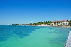 Pilier de plage de Higgs, paumes, maisons, mer, Key West, clés, Cayo Hueso, Monroe County, île, la Floride Images libres de droits