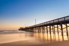 Pilier de plage de Newport au temps de coucher du soleil Image stock
