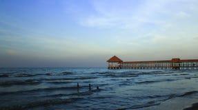 Pilier de plage de Purin dans la régence de Tegal, Indonésie photographie stock libre de droits