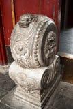 Pilier de porte à une maison chinoise antique Photos stock