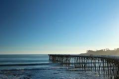 Pilier de San Simeon avec des vagues, près de château de Hearst, la Californie, Etats-Unis Image stock