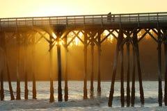 Pilier de San Simeon avec des vagues, près de château de Hearst, la Californie, Etats-Unis Photographie stock