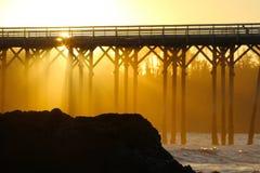 Pilier de San Simeon avec des vagues, près de château de Hearst, la Californie, Etats-Unis Photo stock