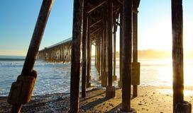Pilier de San Simeon avec des vagues, près de château de Hearst, la Californie, Etats-Unis Photographie stock libre de droits