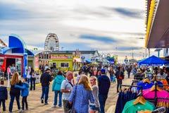 Pilier de Santa Monica California au signe du coucher du soleil 66 Les montagnes russes aux souvenirs de parc d'attractions Images libres de droits