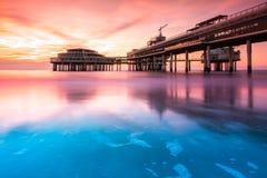 Pilier de Scheveningen au coucher du soleil Photographie stock libre de droits