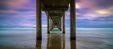 Pilier de Scripps de plage de La Jolla dans le coucher du soleil images stock
