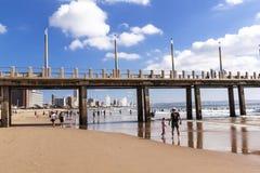 Pilier de Vetchies et horizon de ville de Durban et ciel bleu images stock